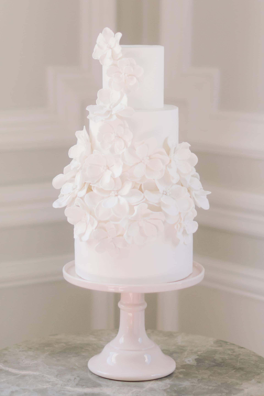 un wedding cake dans la chambre du plaza athénée paris