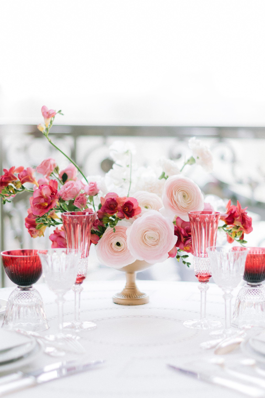 Un très beau bouquet de fleurs est posé sur une table du plaza athénée