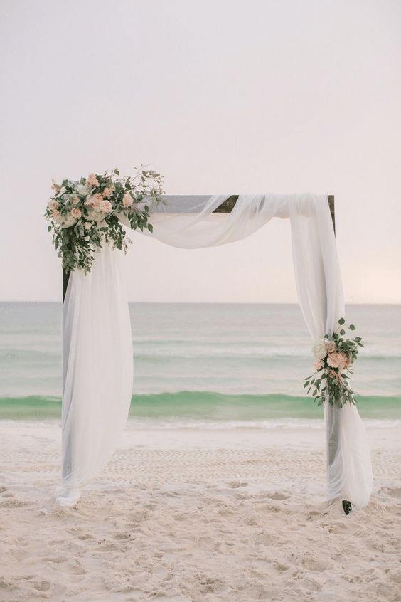 arche de mariage chic sur la plage
