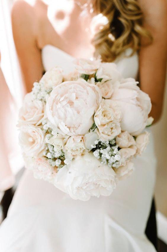 bouquet de mariée chic composé de pivoines blanches