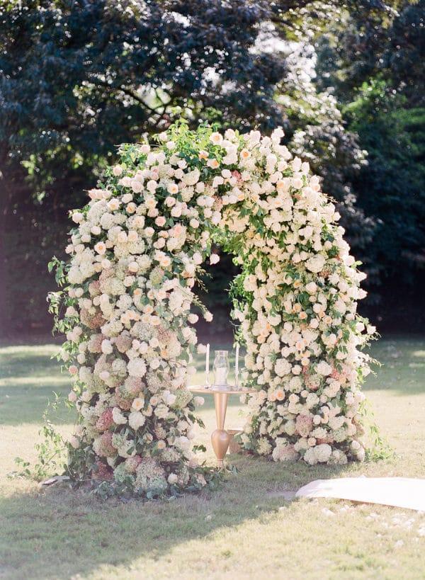 arche roses mariage extérieur cérémonie inspiration