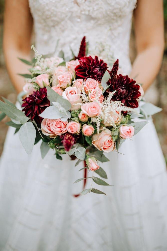 inspiration bouquet mariée eucalyptus et rouge dahlias