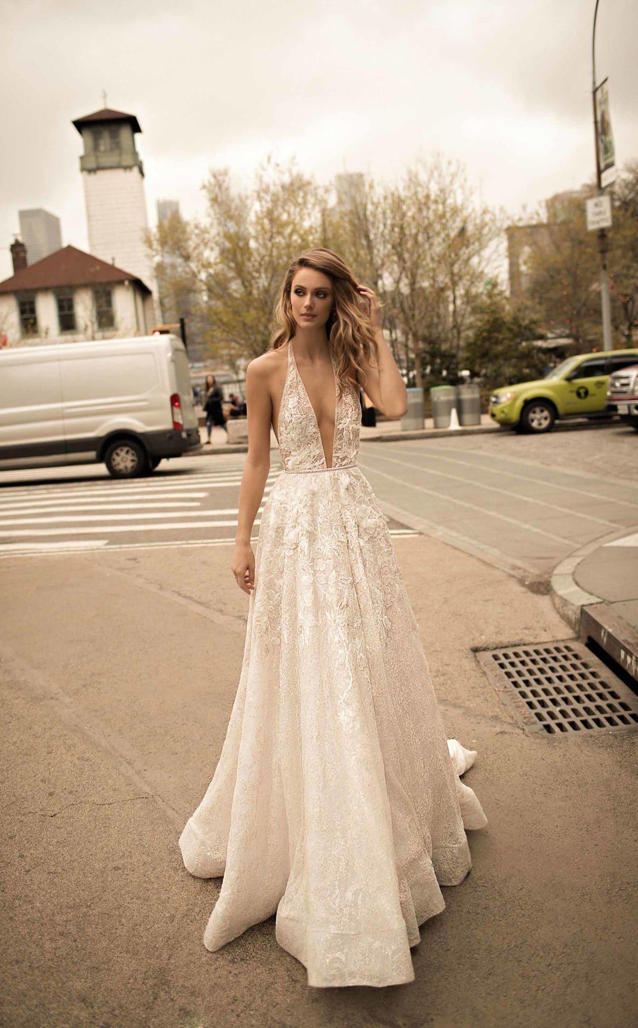 Robe romantique et urbaine à la fois, sélection robes de mariées 2021 Atout Coeur Wedding