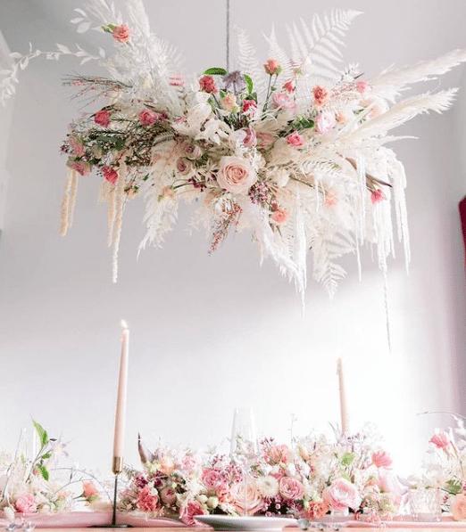 Suspension fleurs théâtrales mariage chic - tendances florales mariage